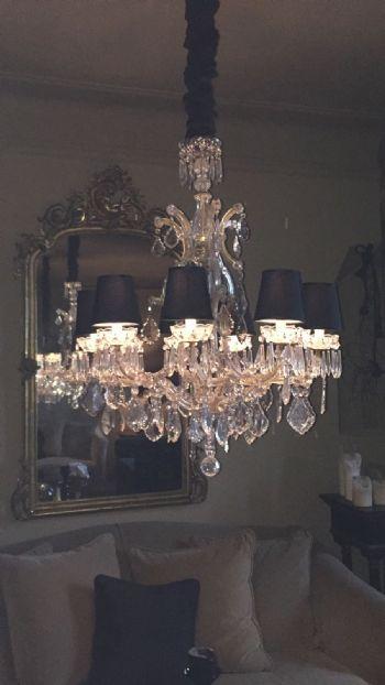 Imperini neri su lampadario in cristallo